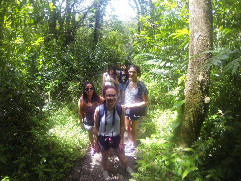 Gabi puxando a fila na trilha #viajanteCI