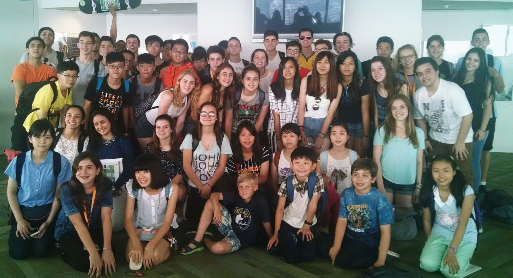 Nosso grupo e os novos alunos da ELS no Harbour Centre