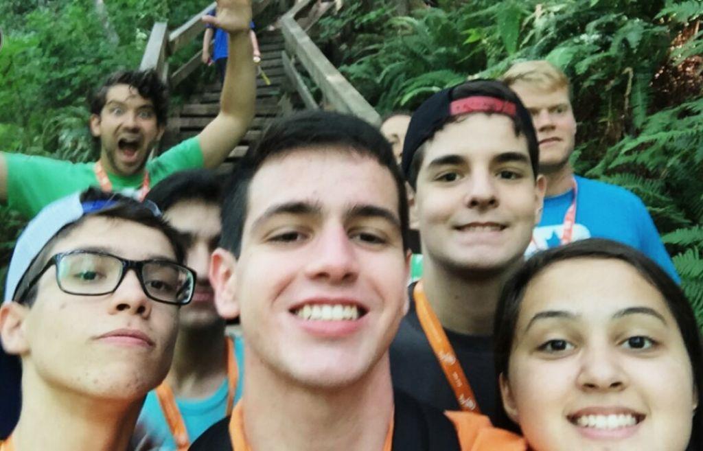 Os professores da ELS tambem gostam de aparecer na selfie do pessoal, haha.