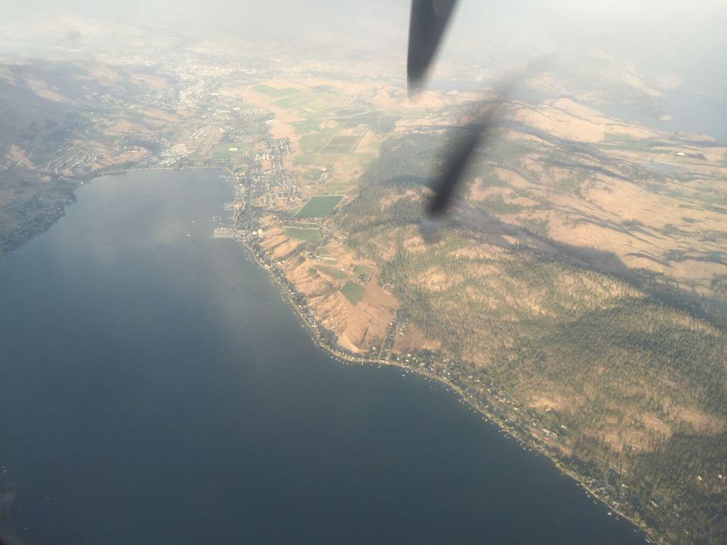 Vista de Kelowna + hélice do motor do avião atrapalhando a foto