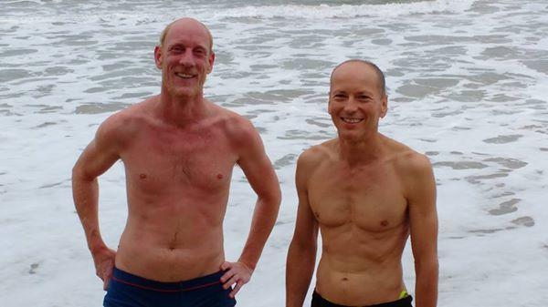 Dois corajosos turistas (um da Áustria e outro da França) enfrentam o mar revolto. Eles podem estar entre os últimos a dar um mergulho por lá