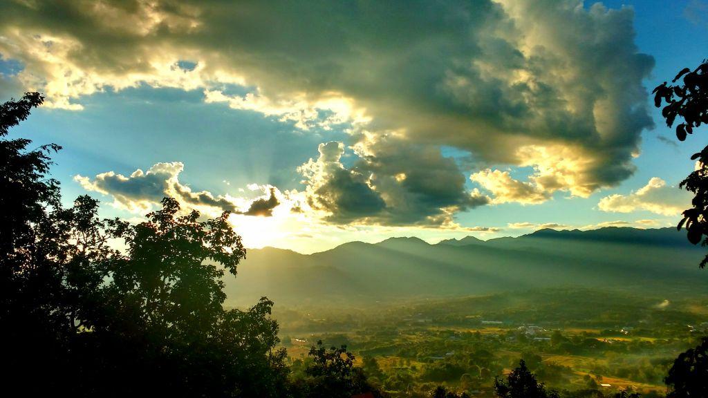 Por do sol em Pai, Norte da Tailândia. Eita cidade gostosa... Vim pra 24 horas. Não saio daqui em menos de 3 dias.