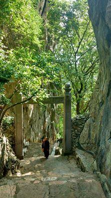 Thuy Son: a montanha mais alta do complexo tem um templo budista numa caverna, e também no topo dela. Na foto, um monge budista faz sua 'escalada' vespertina.