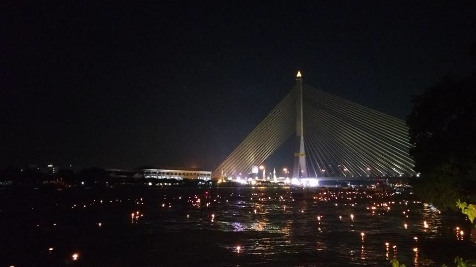 Pequenos barcos iluminados, e carregados de sonhos, pedidos de perdão e do 'azar jogado fora', brilham ao longo dos rios, mares e lagos da Tailândia