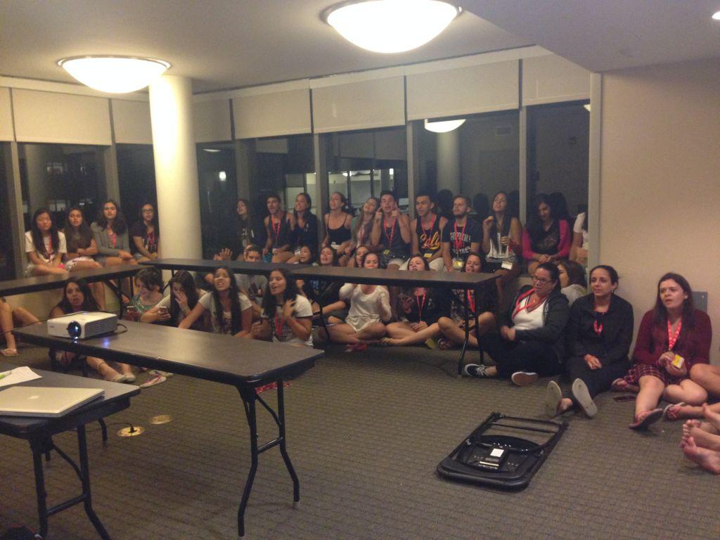 Teens reunidos para atividade da noite: Karaoke!