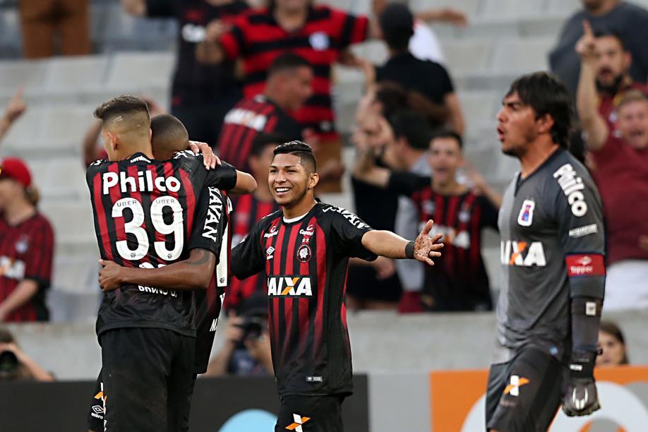 1b51f24fab Atlético-PR não deu chances ao Paraná no clássico.
