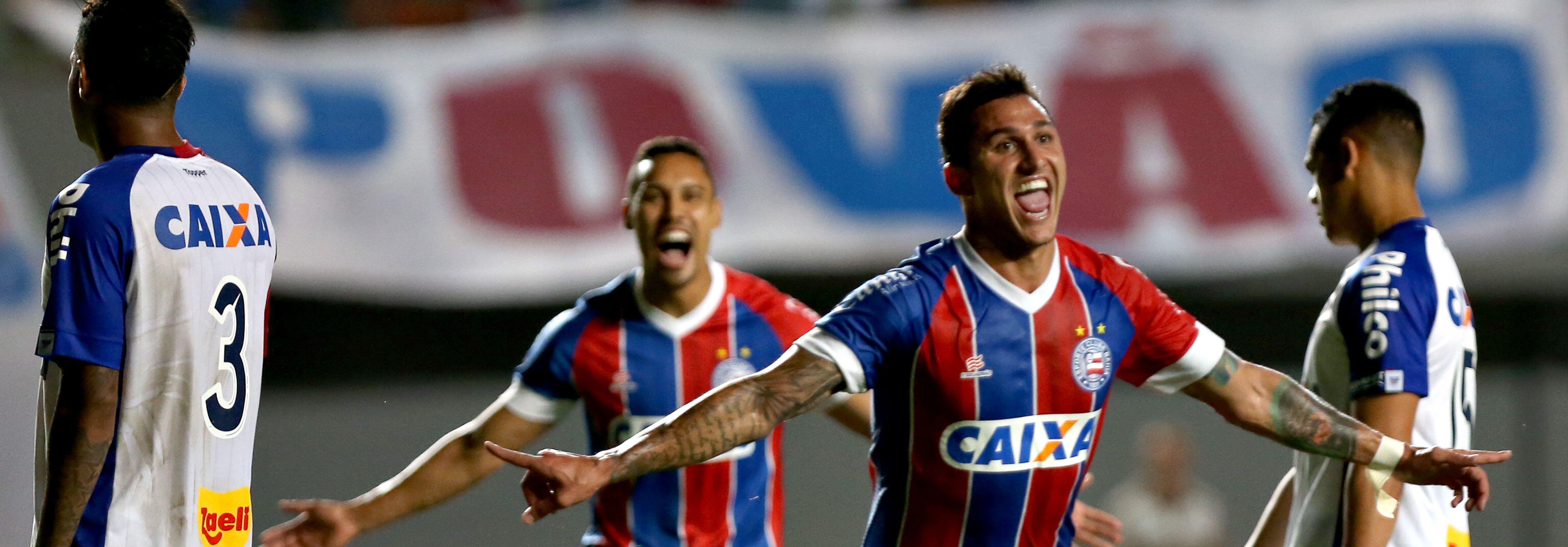 Vinicius comemora gol contra o Paraná, saco de pancadas da Série A.