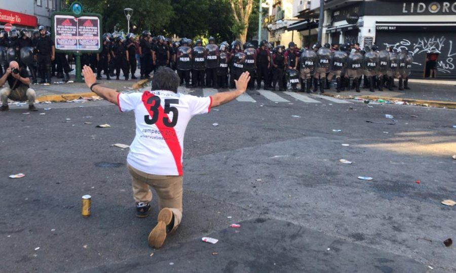 A guerra armada por Los BorrachosdelTablón e o impasse na final da Libertadores. Na imagem, torcedor do River e a polícia tardia. Fogo: Ivan PISARENKO / AFP