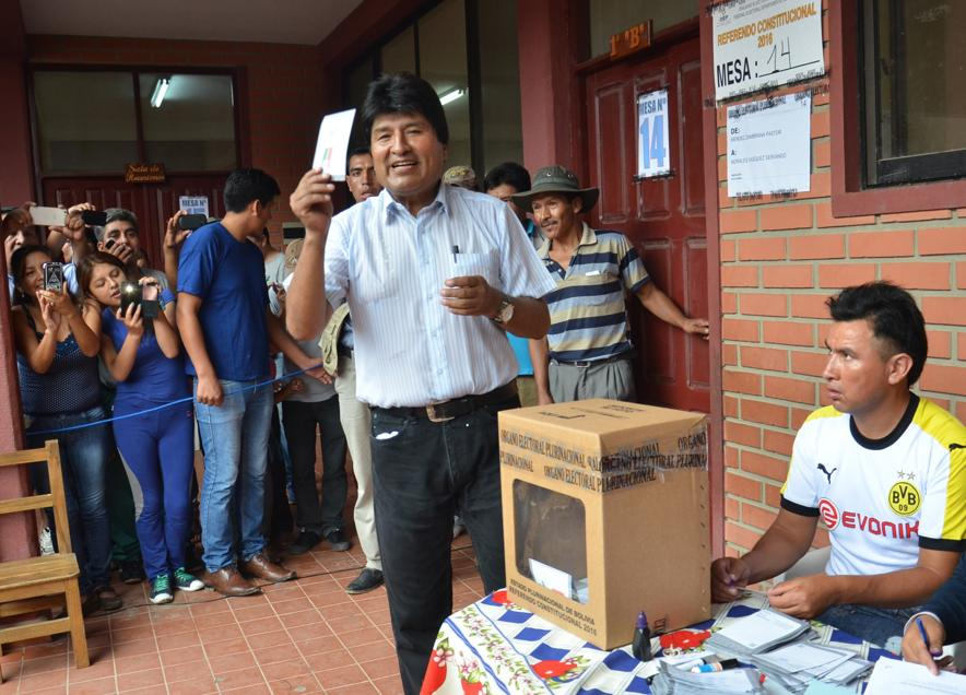 Presidente Evo Morales votando em um referendo em 2016, cujo resultado não permitiu que ele concorresse o quarto mandato. FOTO: AFP