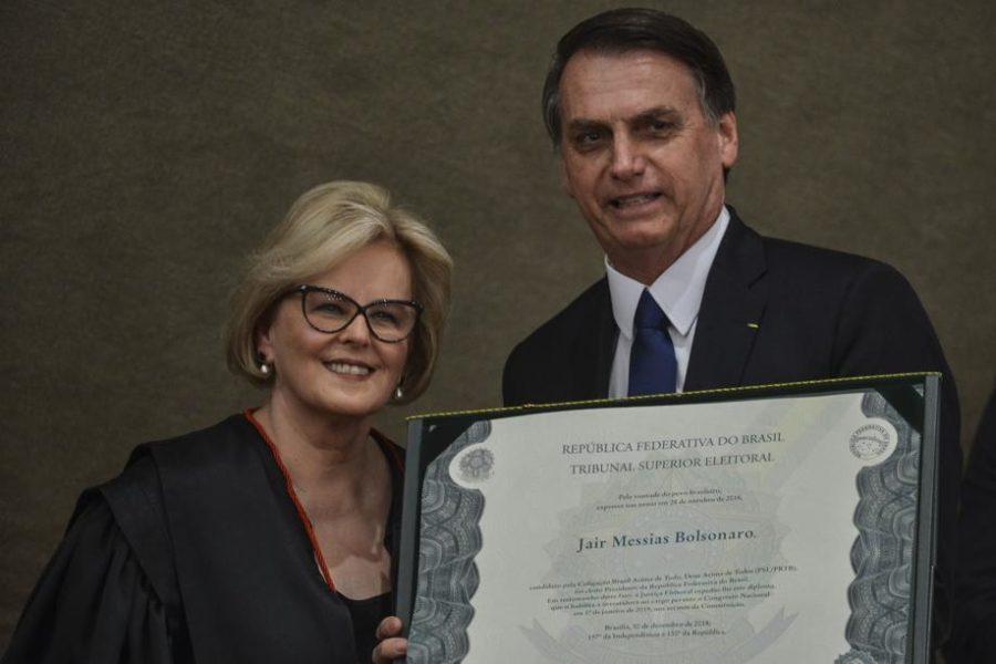 A presidente do Tribunal Superior Eleitoral (TSE), ministra Rosa Weber, e o presidente eleito, Jair Bolsonaro, durante cerimônia de diplomação de Bolsonaro, e do vice, general Hamilton Mourão, no TSE.Valter Campanato/Ag. Brasil