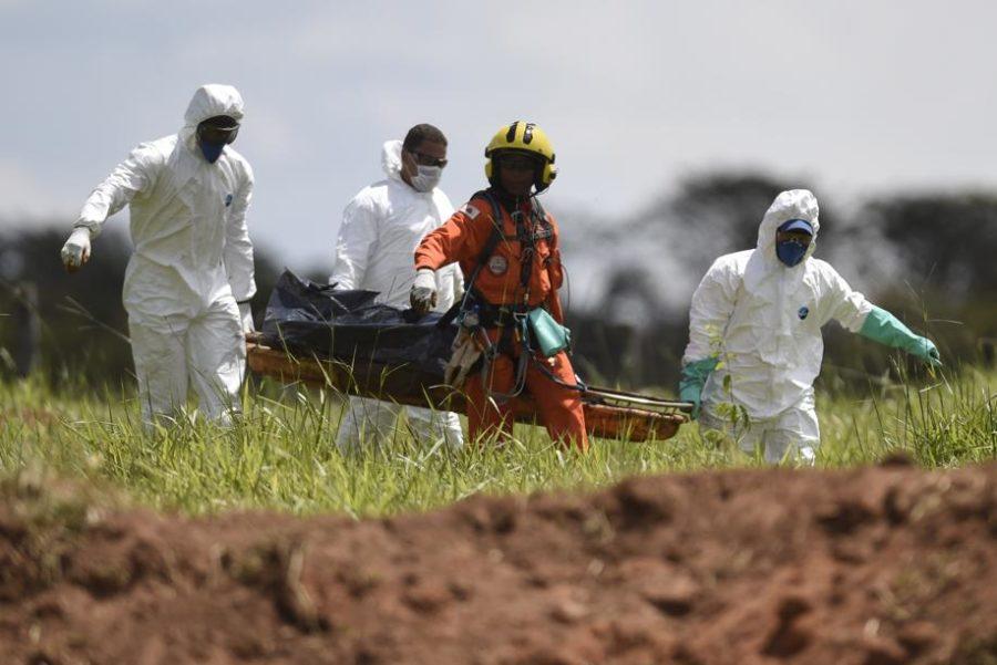 Bombeiros resgatam corpo de vítimas da tragédia causada pelo rompimento de uma barragem em Brumadinho (MG).