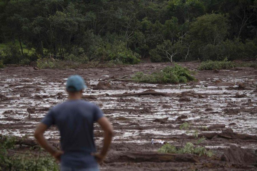 Morador de brumadinho observa mar de lama causado pelo rompimento da barragem.
