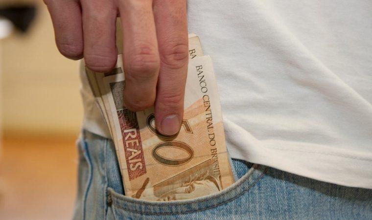 O salário mínimo é a melhor ferramenta para combater a pobreza?