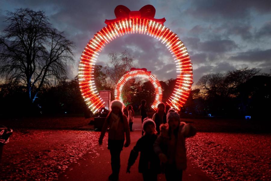 Crianças em Londres participam do evento 'Christmas at Kew Gardens'. Foto: Tolga Akmen / AFP