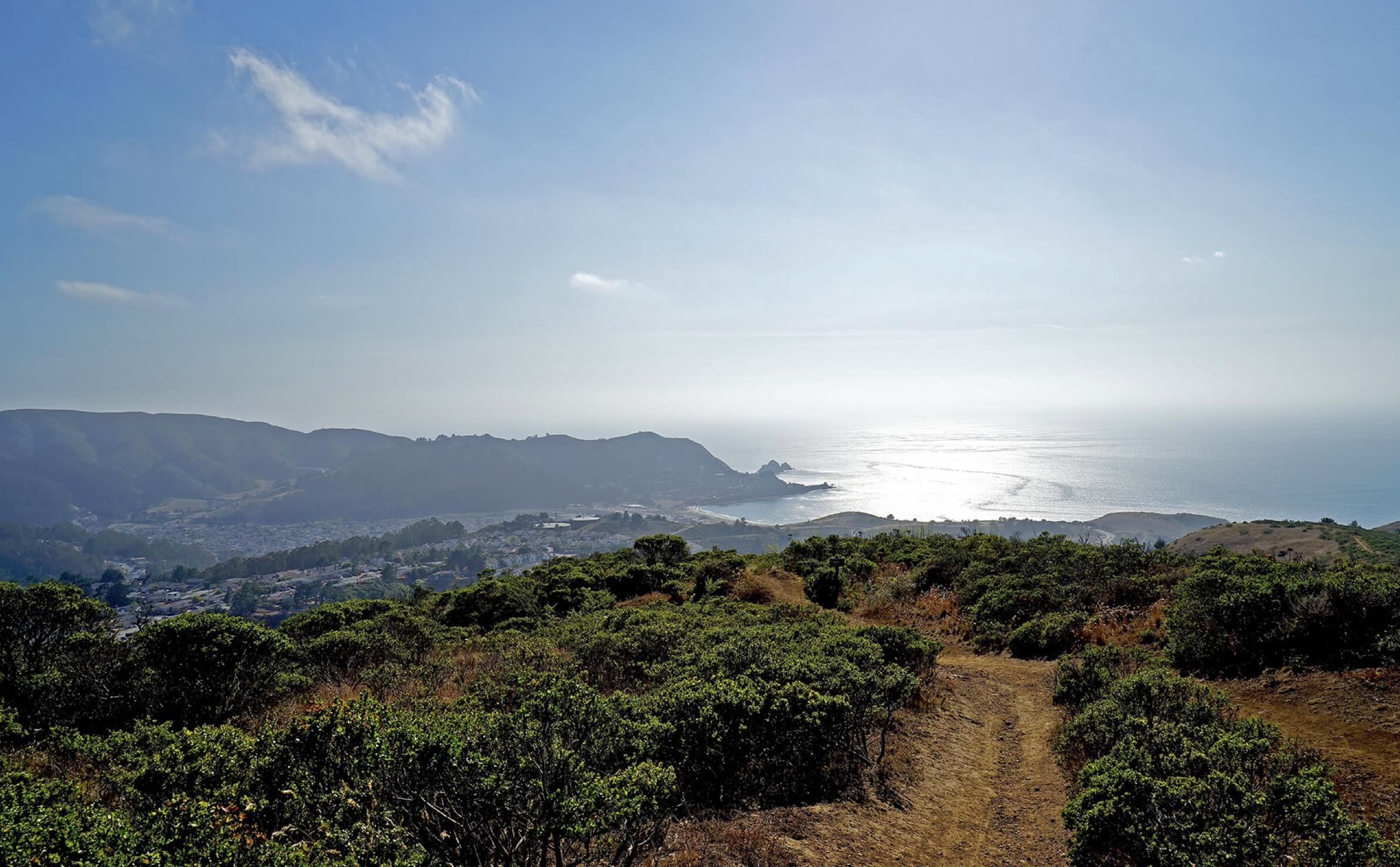 Sweeney Ridge hiking trail with Pacific Ocean in background