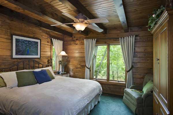 woodsy_log_home_bedroom