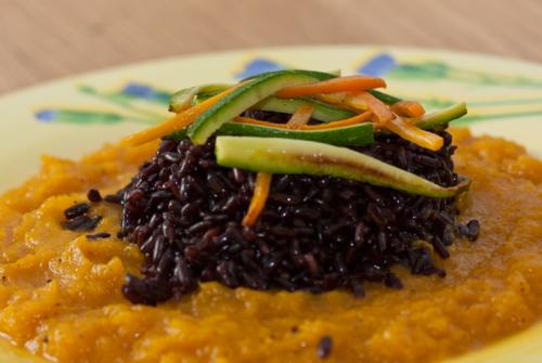 Crema di zucca con riso nero di Lomellina e verdure
