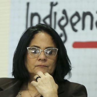 """Indigenous people accuse Minister Damares Alves of kidnapping her """"adoptive daughter"""""""