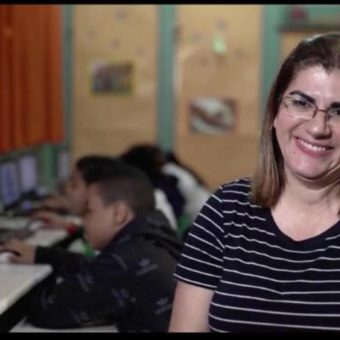 How a Brazilian teacher united scrap and robotics, and is now running for the Education 'Oscars'