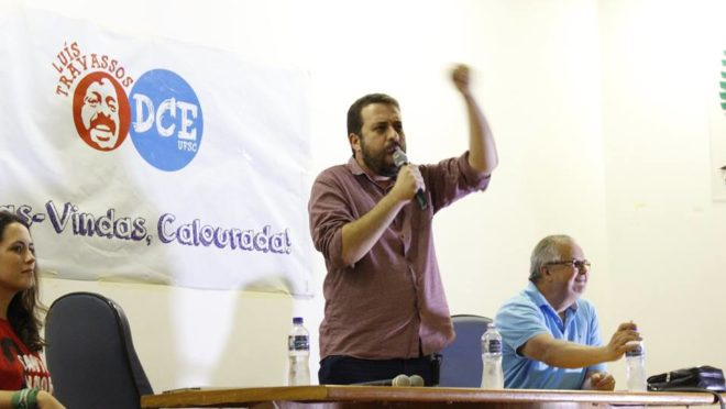 "At UFSC, Boulos says Bolsonaro's ""crowd"" will kill, and preaches ""Free Lula"""
