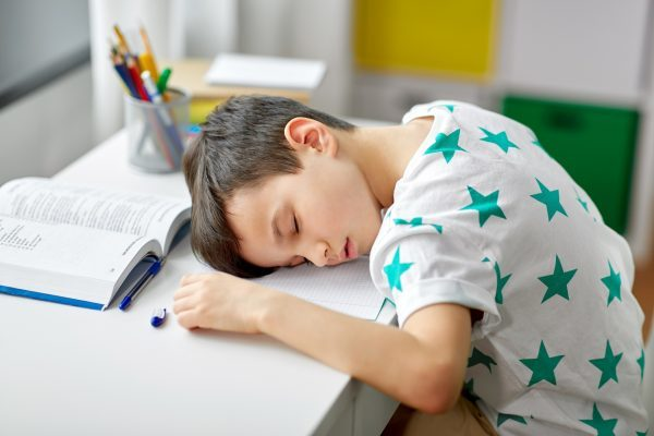"""""""Waking up too early to go to school is an aggression against teenagers,"""" says pediatrician"""