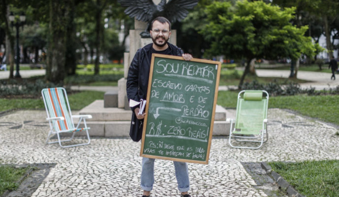 Ad man writes love and forgiveness letters for free at the center of Curitiba
