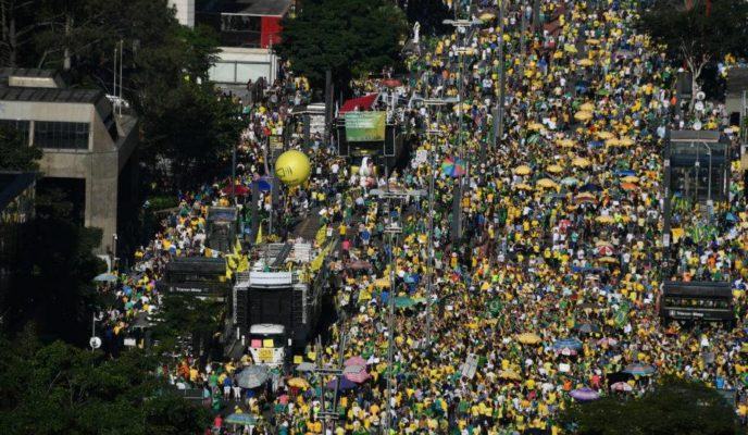 Thousands gather in pro-Moro and pro-government rallies; minister and president answer