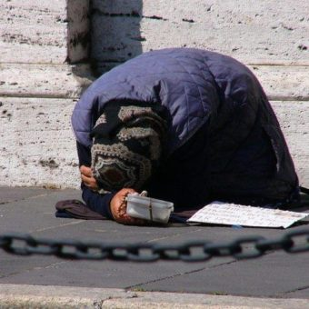 Swedish city will charge R$ 100 permit for beggars