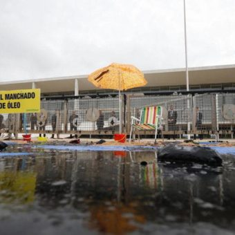 Greenpeace stages protest at Planalto Palace against oil spill