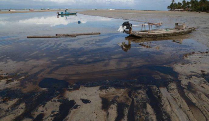 Greek ship is suspected of spilling oil 700 km from Brazilian coast