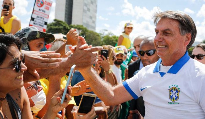 Bolsonaro leaves quarantine and meets demonstrators in pro-government march