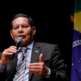 """Bolsonaro to replace Pazuello """"in the near future,"""" says Mourão"""