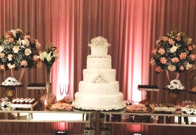 O bolo especial para o seu melhor momento! 01 Bolo de 4 andares (bolo fake) + 1 Bolo sequencial de 40 fatias estilo Naked Cake por R$960