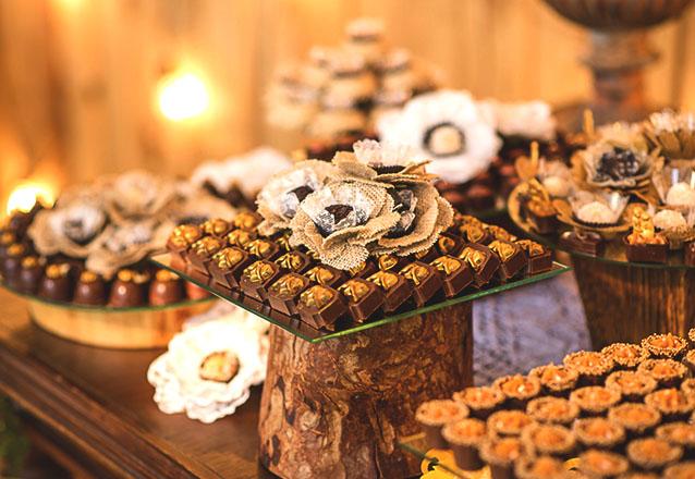 Um mesa de doces dos sonhos! Mesa com 600 chocolates (linha classic) + Montagem das peças por R$840 no Ateliê Chocobelle