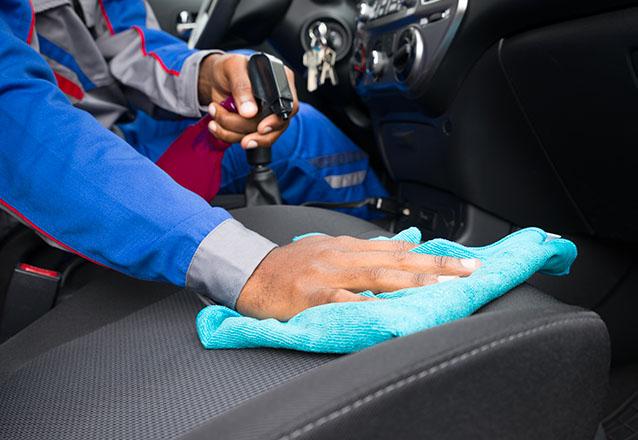 Lavagem (externa) ecológica + aplicação de cera de carnaúba + revitalização dos plásticos externos + aspiração + gel hidratante no painel e em todas as partes plásticas + aromatização + hidratação dos pneus de R$80 por R$49,90