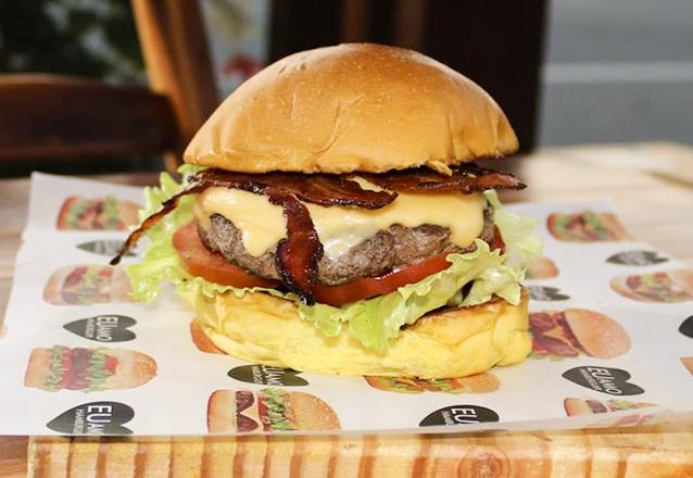 Gostinho inesquecível! American Bacon Burger (Blend 160g, queijo prato, bacon, alface, tomate, pão brioche) de R$18,90 por apenas R$12,90 no Açaí Premium