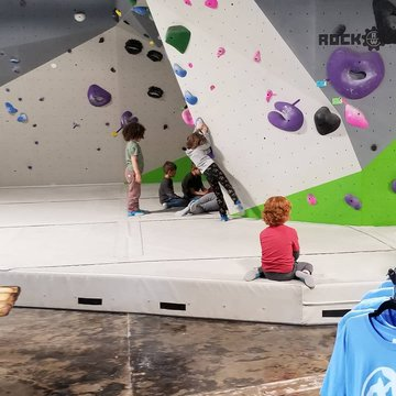 Hey Moms!! Looking for something fun to do with your littles this morning and want to get a great workout?? Come to Bigfoot Climbing Gym, we open at 11. Pack a lunch and stay for a while☂️ #rainyday #indoorclimbing #funthingsforkids