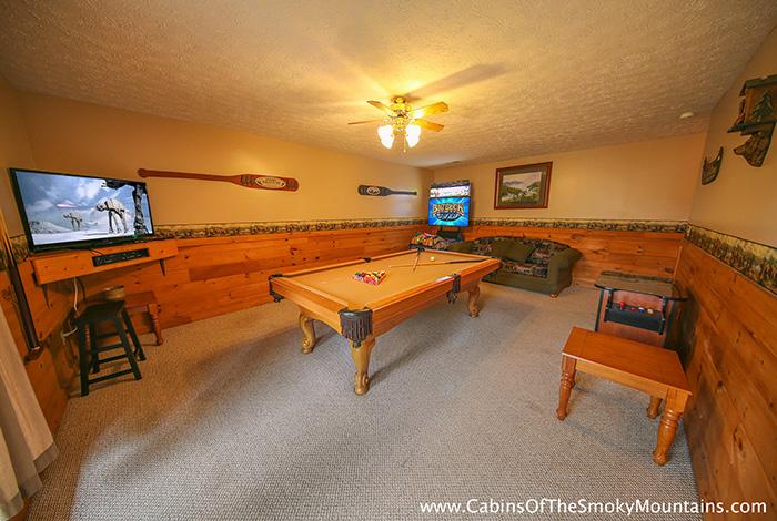 pigeon forge cabin the big moose 3 bedroom sleeps 10. Black Bedroom Furniture Sets. Home Design Ideas
