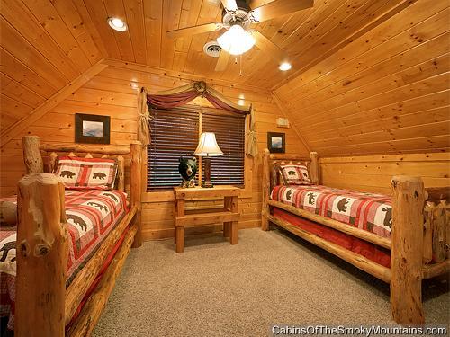 Pigeon forge cabin highlander 2 bedroom sleeps 8 for 20 bedroom cabin in gatlinburg