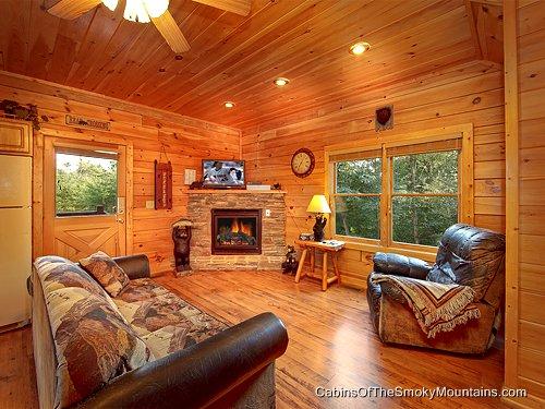 Pigeon forge cabin mountain memories 2 bedroom sleeps 8 for 2 bedroom cabin in pigeon forge