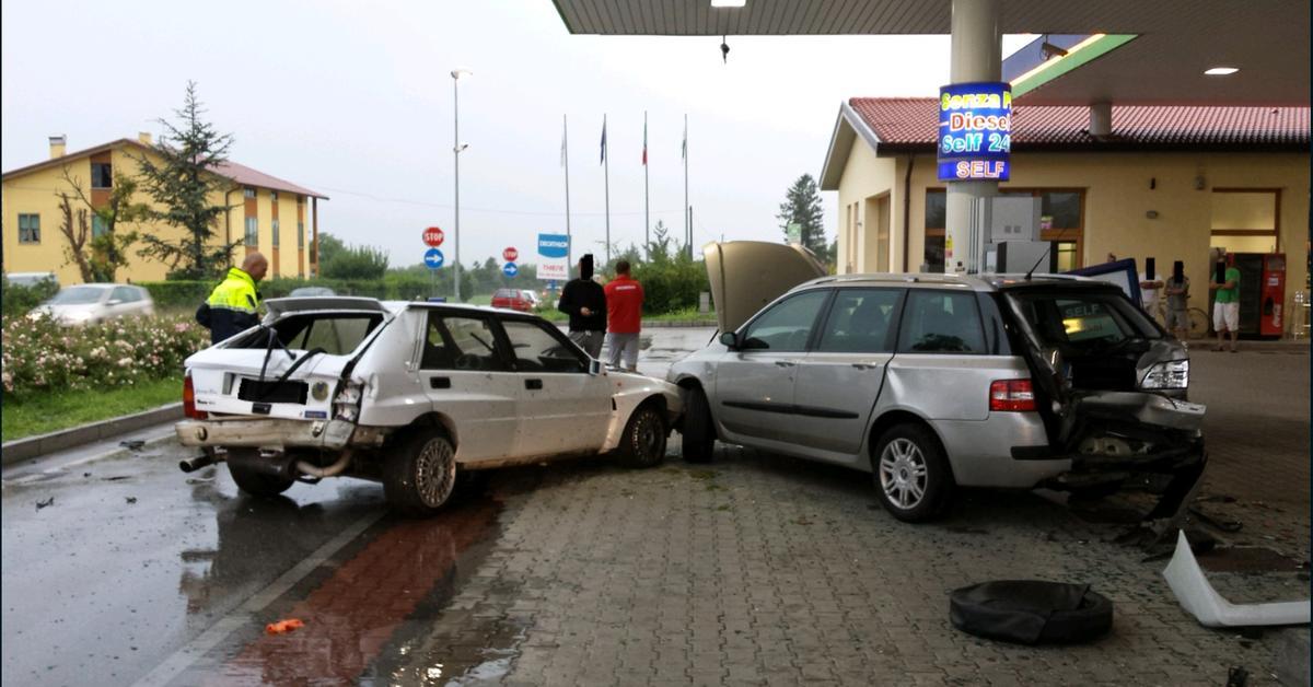 image 55c65b1e8f9ee - Un Lancia Delta se estrella en una gasolinera