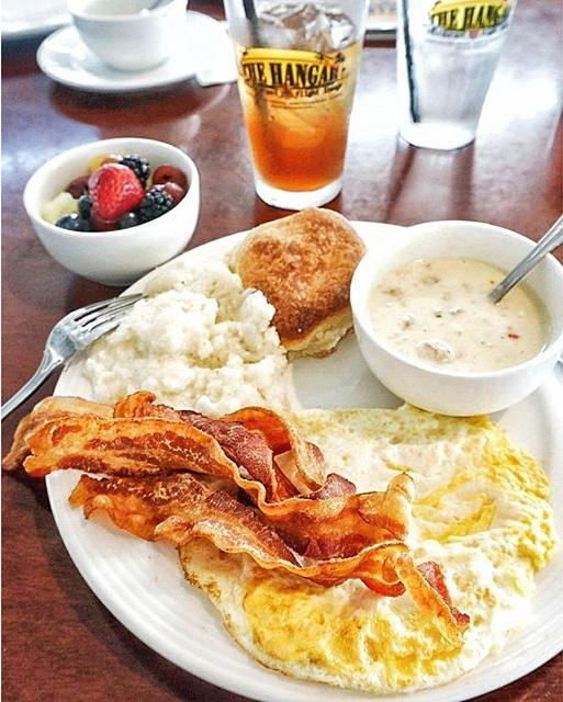 Things I miss most from #Florida: the breakfasts 😍 This was my final one @TheHangarDTSP 👉 an all American plate of eggs, Applewood smoked bacon, stone ground grits, buttermilk biscuit, biscuit gravy, iced tea 🇺🇸 It was GREAT 👌✊✊ Hope to see you again soon, sunshine state ☀️ @vspc @VisitTheUSA #LiveAMPlified #TasteUSA - #breakfast #brunch #bacon #eggs