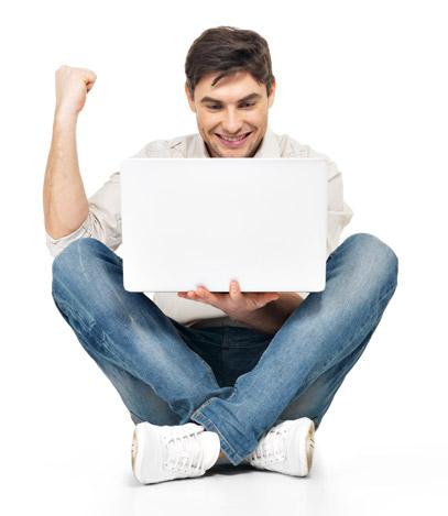 Homem feliz segurando o computador