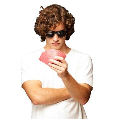 Jogador com óculos e cartas na mão