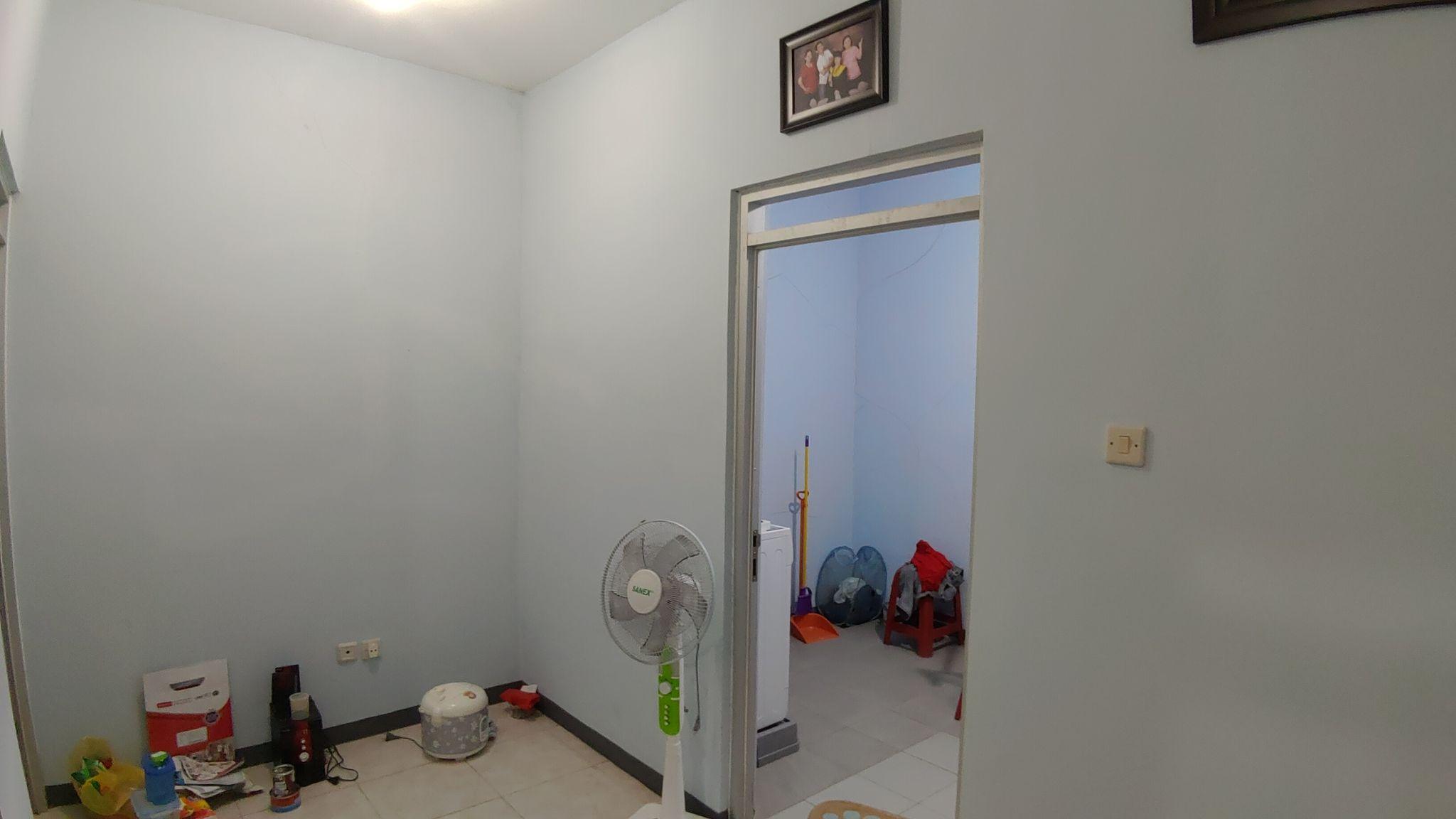 Ruang keluarga menuju gudang dan dapur.