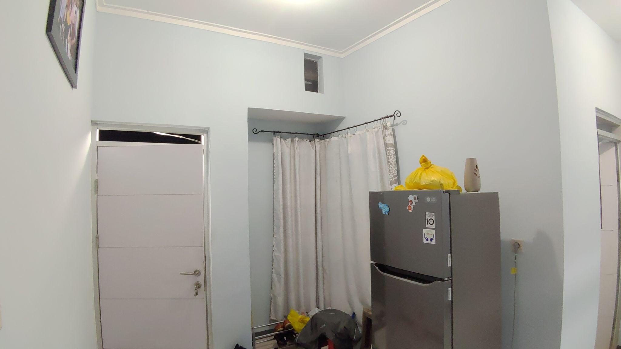 Ruang tamu dan pintu depan.