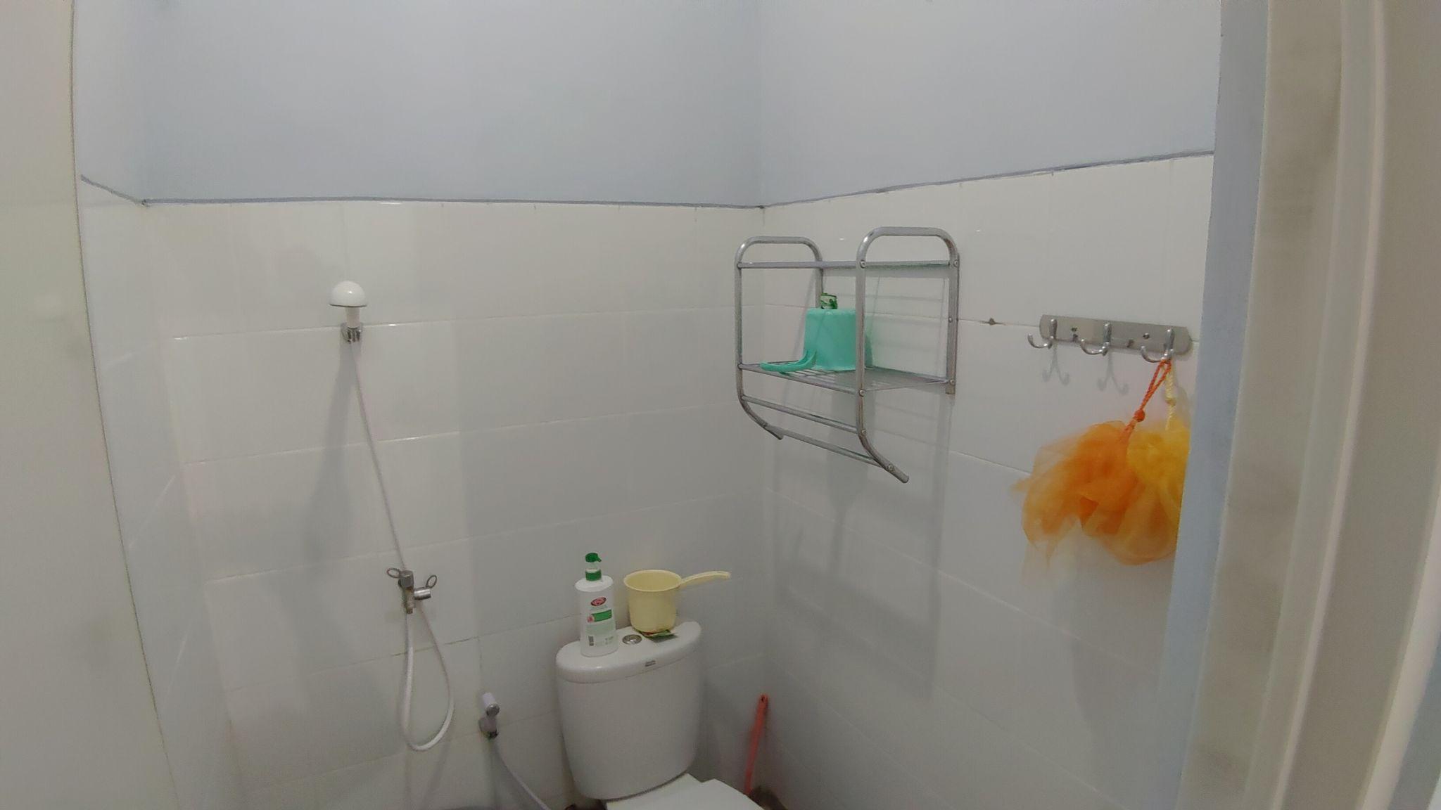 Kamar mandi.