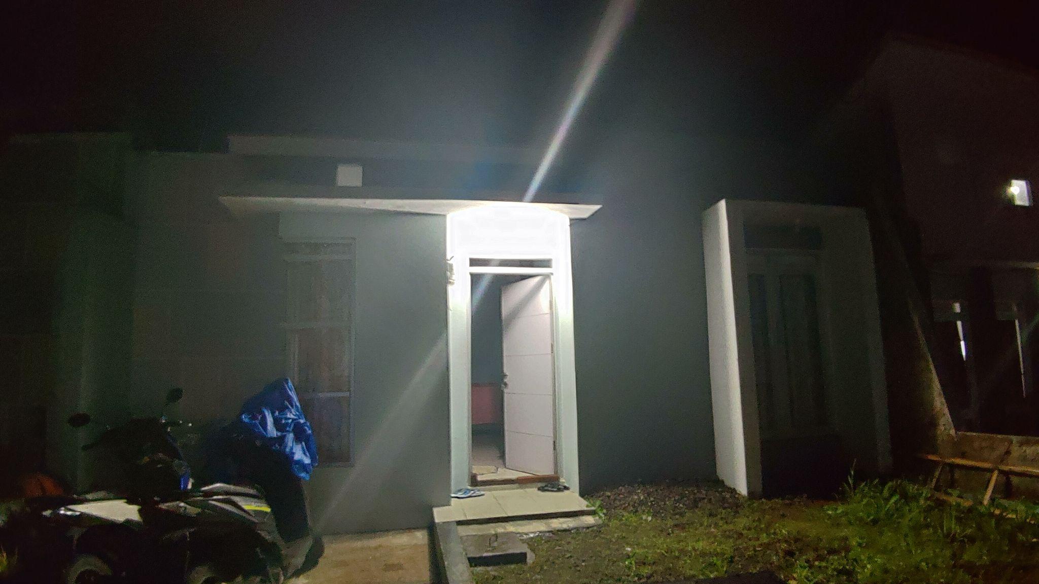 Tampak luar rumah di malam hari sebelum adanya lampu jalan internal perumahan.