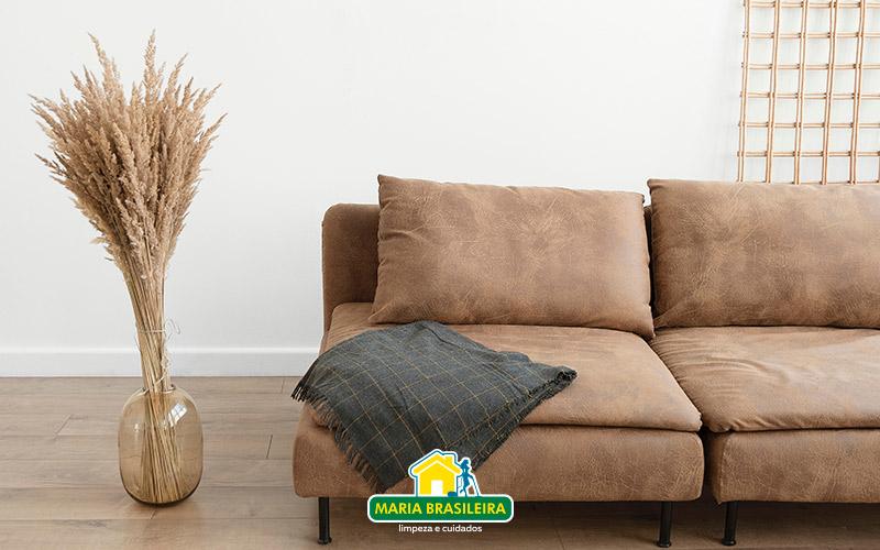 sala com decoracao minimalista com muito espaço - sofa bege e planta estilosa ao lado
