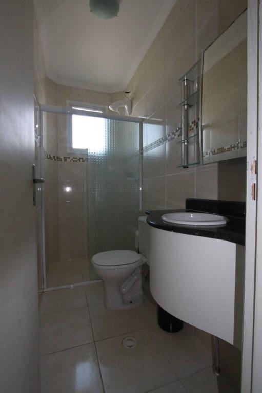 Wc do apartamento com 2 dormitórios em Vila Mirim - Praia Grande